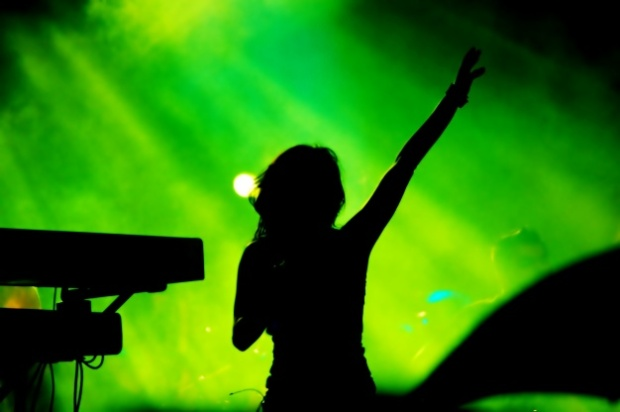 silhouette-of-woman-singing-on-green-background_1160-216